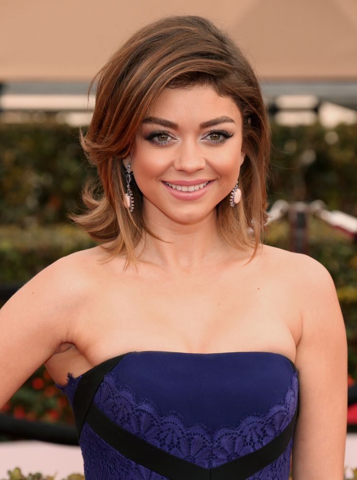 Modern Family's Sarah Hyland worked her way down the red carpet with cropped chocolate-brown hair, long lashes and barely-there lip colour. #RedCarpetReady #Beauty #BeautyCrew