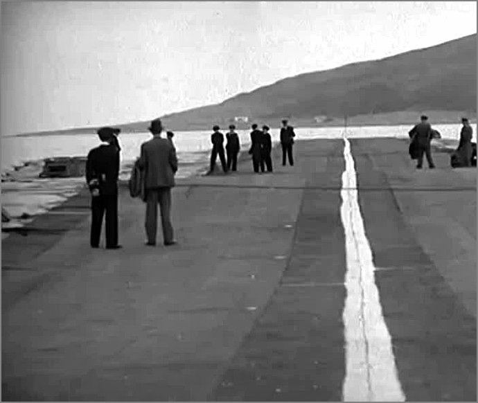 """""""Лилия"""" -  плавающая взлетно-посадочная полоса, Англия, сент. 1945.  Фото2"""