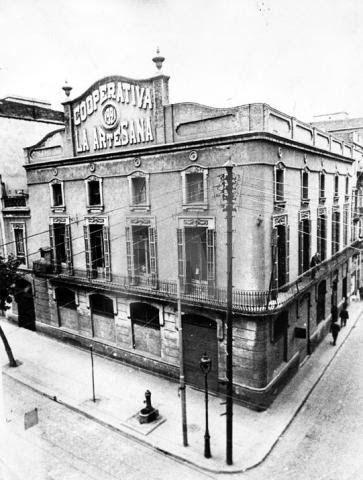 L'Artesana és una cooperativa de consum del barri del Poblenou de Barcelona. La cooperativa de consum L'Artesana, també coneguda com La Familiar, és una de les més antigues de Barcelona. Fou fundada l'any 1876 per uns quants obrers.. El juliol del 1995, va desaparèixer, fruit de la pressió immobiliària.