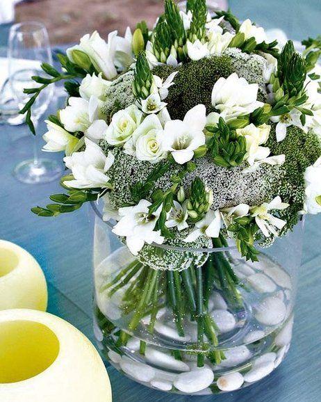 Jarrón con flores y piedras