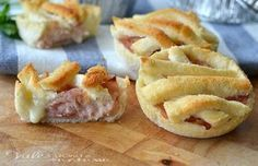Crostatine di pancarrè con prosciutto e formaggio ricetta veloce facilissima, pochi ingredienti tutti economici , una ricetta sfiziosa ideale come antipasto