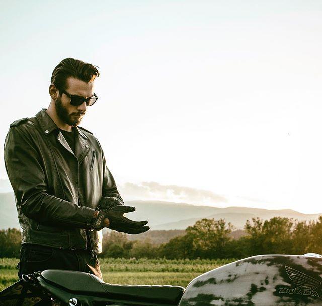 #cb400 #caferacer #leatherjacket #brat #motorbike #custom #hondacb400 #hondacb400f #honda #moto #vintage #ss #super #sport #ottonero #epoca #hondacaferacers #hondacaferacer #bratcafe #tuscany #italy #italianboy #gloves