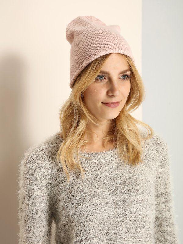 Klasyczna czapka w bardzo kobiecych kolorach. Wykonana z cienkiej dzianiny, idealna na okres przejściowy