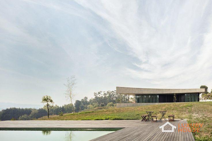 Casa Cabo de Vila от компании spaceworkers  Необычный внешний вид дома стал главным условием при разработке данного проекта в районе Битарайнш, Португалия. Идея архитекторов из компании spaceworkers воплотилась в здании из двух вогнутых бетонных плит, соединенных стенами из стекла и дерева, окруженном визуально бесконечным внутренним двором. Грубые необработанные строительные материалы, использованные как внутри, так и снаружи дома, а также прозрачные элементы стен обеспечивают связь…