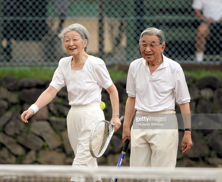 emperor-akihito-and-empress-michiko-enjoy-tennis-at-a-tennis-court-on-picture-id482697853 (1024×842)