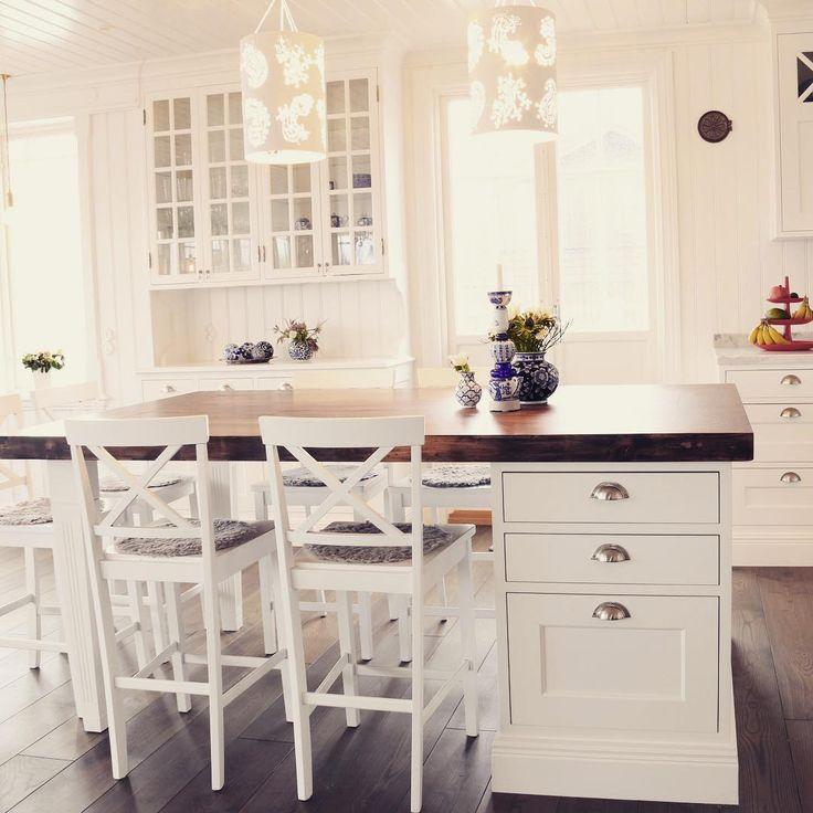 Att kombinera köksö med en liten matplats är ett populärt sätt att få plats med extra arbetsyta, förvaring och frukostplatser i samma möbel. En rejäl bänkskiva i trä ger ett härligt robust intryck med mycket värme i. #platsbyggd #köksö #matplats #matbord #kök #snickare #skräddarsytt #trä #platsbyggt #sven_snickare