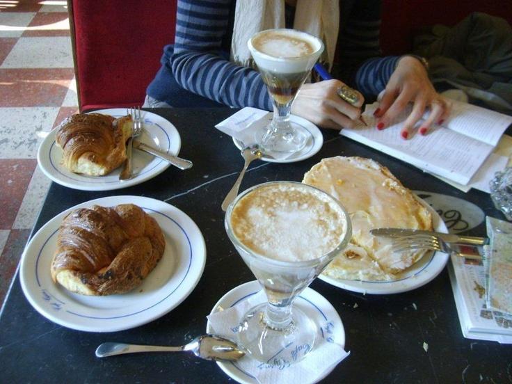 Sabah erkenden kalkıp Recoletos yolu üzerinde bulunan Gijon kafede kahvaltımızı ediyoruz. Cafe Gijon Madrid'in en eski kafelerinden biri... Daha fazla bilgi ve fotoğraf için; http://www.geziyorum.net/madrid-gezisi/