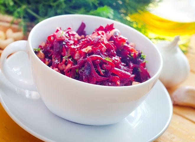 Салат из свеклы с черносливом и орехами, ссылка на рецепт - https://recase.org/salat-iz-svekly-s-chernoslivom-i-orehami/  #Салаты #блюдо #кухня #пища #рецепты #кулинария #еда #блюда #food #cook