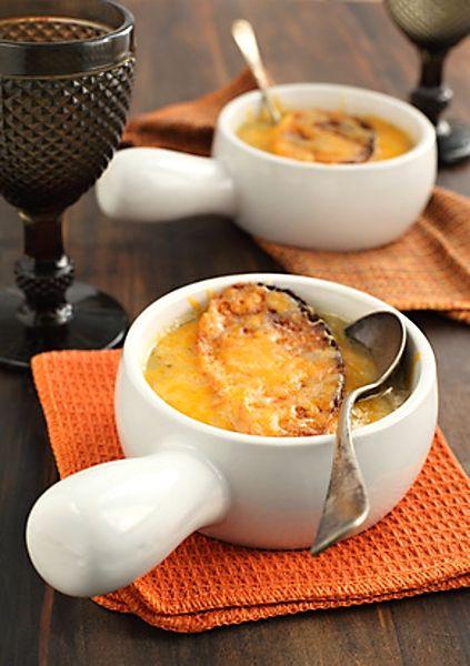 Známý francouzský recept na polévku připravenou z cibule, vína a dalších ingrediencí, servírovanou s plátky opečené bagety se zapečeným sýrem. Tento recept je poněkud pracnější, ale výsledek stojí zato!