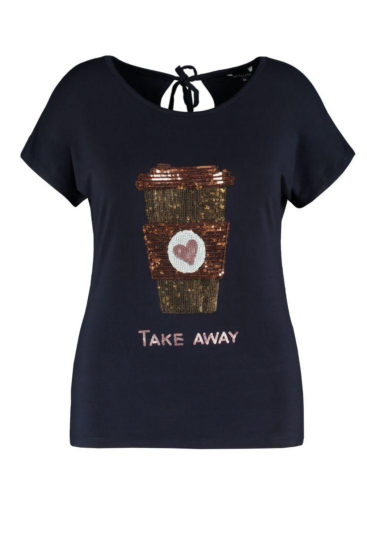 De trendy top is een musthave voor koffieliefhebbers! De koffiebeker bestaat uit pailletjes. Draag het met een mooie capri magic broek of een witte skinny denim. Deze top heeft kapmouwtjes, ronde hals en er zit een bindceintuur in de nek aan de achterkant.Lengte: 70 in maat LPasvorm: Losvallend Wasvoorschrift: Machinewas