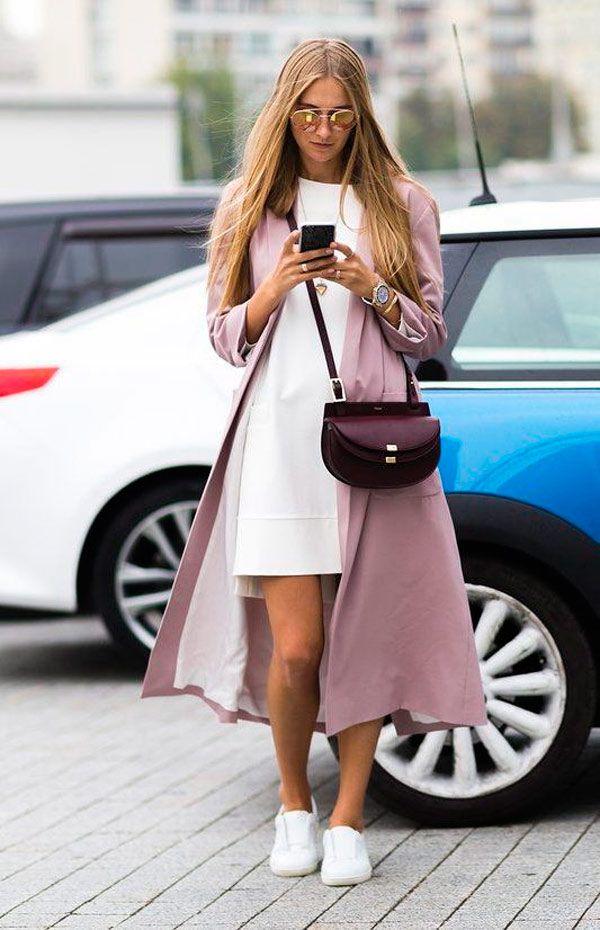 Usar um look total white com a terceira peça rosa blush