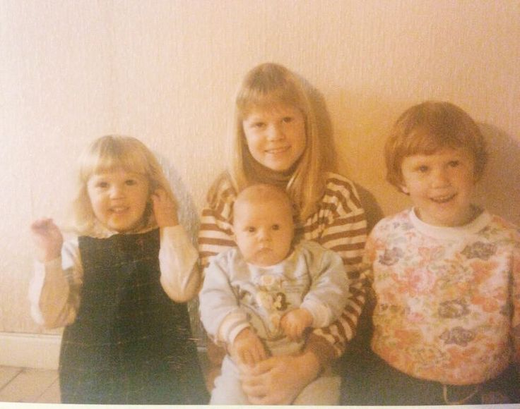 It's International Siblings Day today! So here's a photo of me and my brothers and my sisterCan you guess which one is me? Bugün Uluslararası Kardeşler Günü! İşte benim kardeşlerimle bir fotoğrafımHangisinin ben olduğumu tahmin edebilir misiniz?