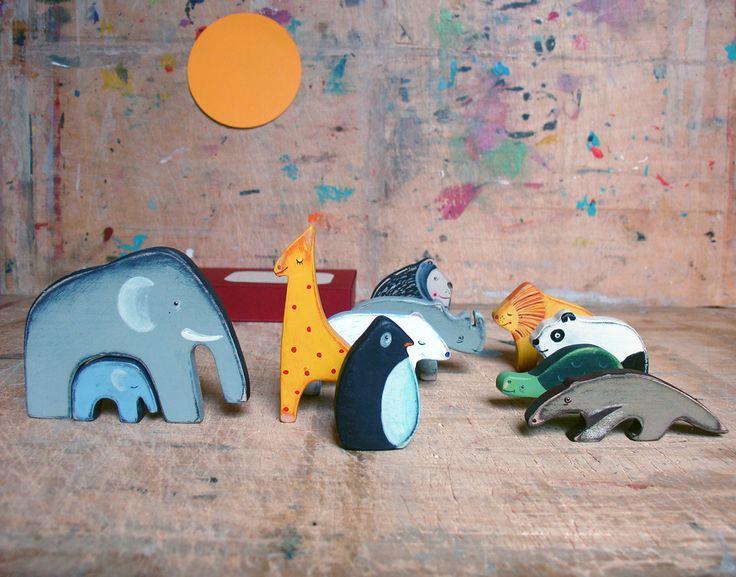 Zvířátka/ ZOO Jedenáct dřevěných zvířátek: slon a sloník, opice, žirafa, mravenečník, želva, panda, lední medvěd, lev, nosorožec, tučňák, jsou vyrobena z olšového dřeva, nabarvena akrylovými barvami (barvy s atestem na dětské hračky). V papírové krabičce, velikost krabičky 11x16x2,5 cm. Všechna zvířátka tady