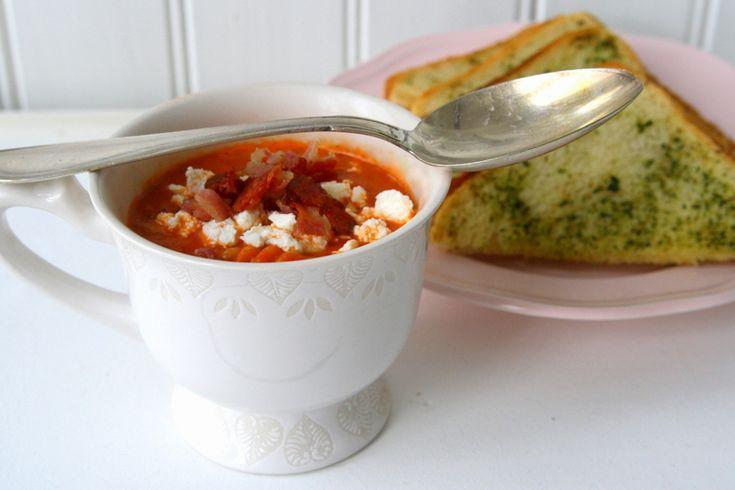Nu kommer receptet på den smarriga soppan vi åt för ett par dagar sen.Ska serveras med smörigt vitlöksbröd. Nom nom! 🙂 Det här behöver du till 4- 5 portioner: 3 st burkar med fyllig tomatkross ( jag valde smaksatt med örter ) 1 finhackad scharlottenlök 1 vitlöksklyfta olivolja 5-6 dl … Läs mer