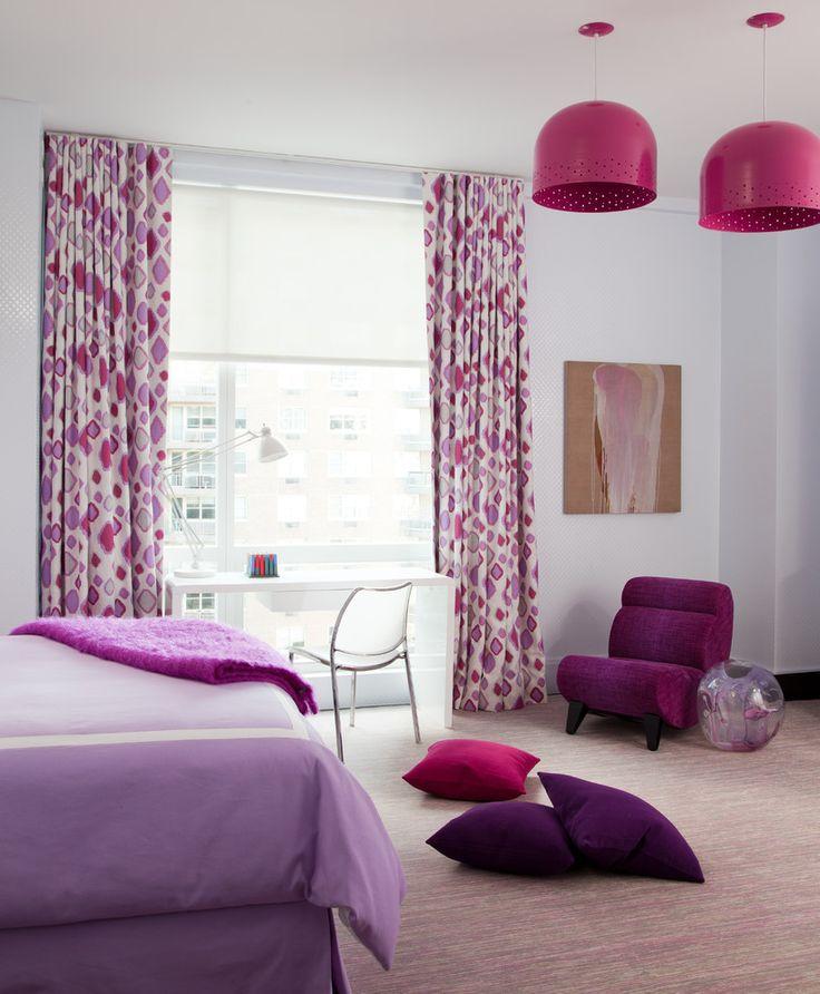 Лилово-розовые шторы и постельное белье в сочетании с серым фоном добавят комнате настроения и чувственности