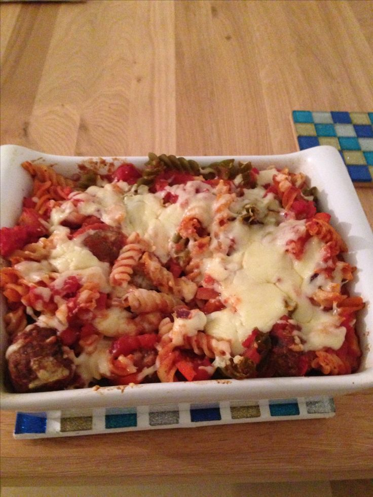 Slimming world syn free meatball pasta bake / serves 4 people.  Made with whole wheat pasta, 2x tins of chopped tomotoes, 2x red peppers, 1x red onion and vegetarian meatballs - topped with 180g reduced fat cheese (1 portion of this equals a full healthy extra A - if not count as 6 syns)