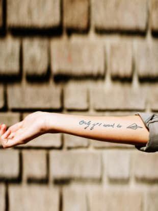 Coole englische Tattoo-Sprüche für: Liebe ✓ Leben ✓ Weisheiten ✓ plus: kurze & lange Tattoo-Sprüche ✓ – Alle Sprüche jetzt hier finden »