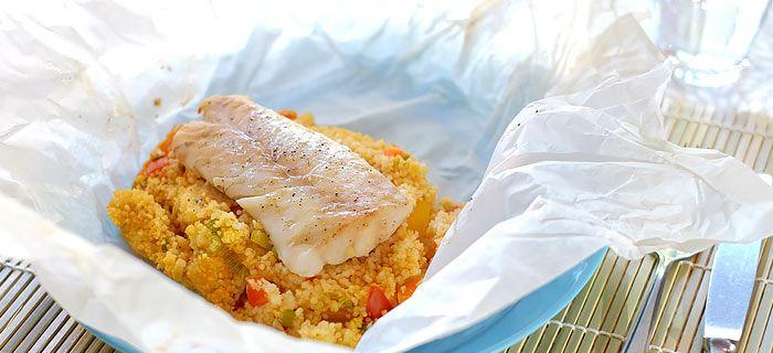 Deze vispakketjes uit de oven met kabeljauw, couscous, paprika, wortel en tomaat zijn makkelijk te maken en zo klaar. Het lekkere recept vind je hier.