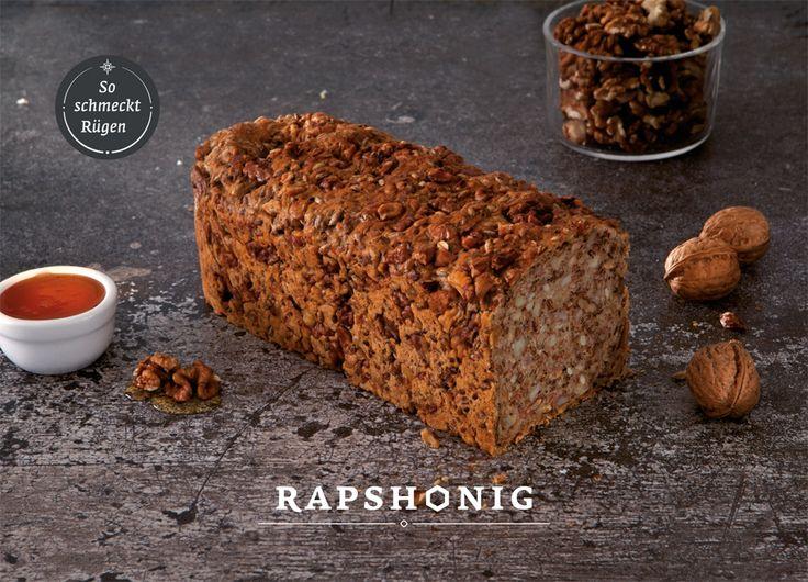 """Design und Fotografie für """"So schmeckt Rügen"""" Brote. Salwiese, Rauchkorn, Rapshonig können online auf www.baeckerei-peters.de bestellt werden.Die Konditorei Bäckerei Peters ist ein Familienunternehmen aus Sassnitz auf Rügen. Hier werden seit 1964 mit regionalen Zutaten und handwerklichem Können Torten, Kuchen, Brot und Brötchen für die Insel gefertigt. Inzwischen kann man ein paar Spezialitäten und besondere Brote online bestellen."""