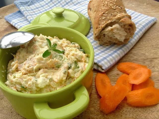 Lehká a jemná pomazánka z čerstvého sýru s mrkví, cibulkou, vajíčkem a šunkou chutná výborně s čerstvých pečivem i topinkami.