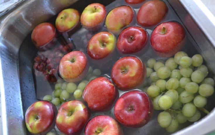 Majoritatea dintre noi cunoaște că la creșterea fructelor și legumelor se folosesc pesticide. Deși cumpărați fructele de la piață nu puteți fi siguri că acestea au fost crescute 100% natural. Trebuie să rețineți faptul că pesticidele nu se spală cu apă. În acest articol vă prezentăm câteva trucuri de spălare a fructelor și legumelor de pesticide. Spălarea fructelor și legumelor cu oțet Preparați o soluție din apă și oțet în raport de 3:1. Această soluție poate îndepărta 98% din bacterii…