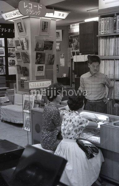 昭和34年(1959)東京のレコード店。客はモダンな服装の若い女性二人。