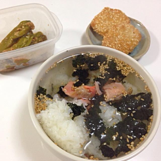 残ってた焼き鮭と胡麻、海苔、昆布茶で簡単晩ご飯。 - 4件のもぐもぐ - 鮭茶漬け by yutae