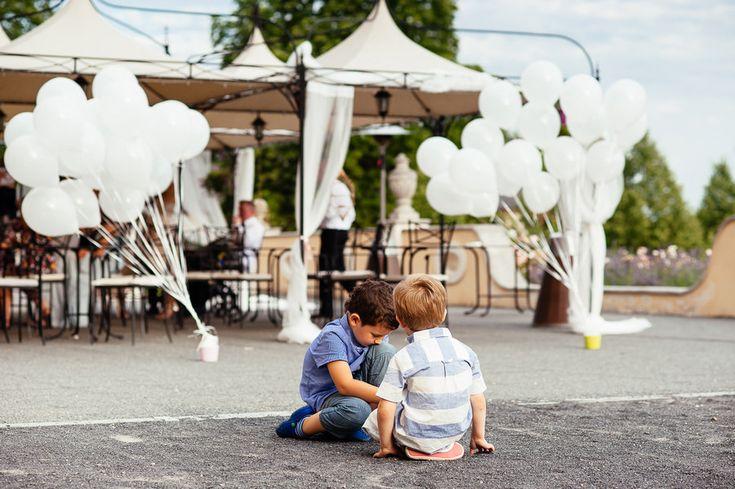 Chateau Liblice.Свадьба в Чехии. Свадебный фотограф в Чехии: дети на свадьбе, воздушные шары для замка в Чехии