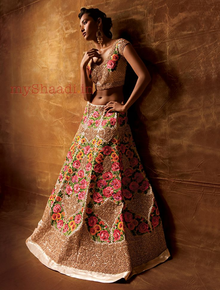 love these flowers, so simple and stunning! myShaadi.in > Indian Bridal Wear by Pallavi Jaikishan
