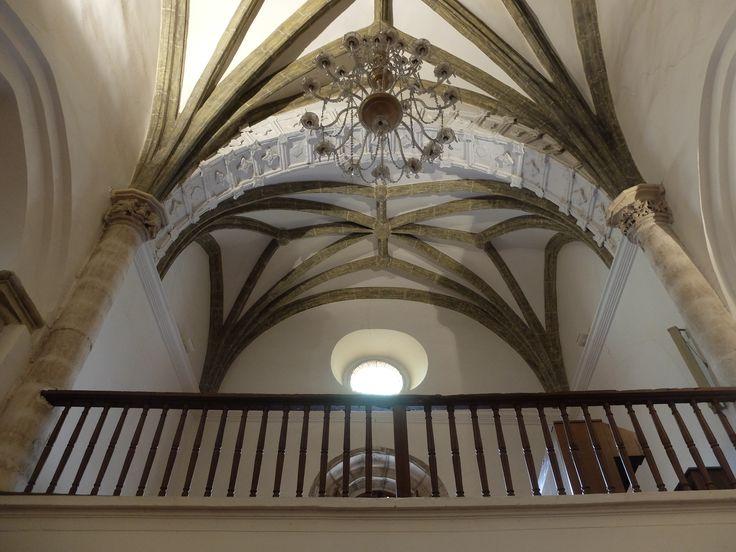 Coro con ornamentación plateresca en bóveda y columnas.