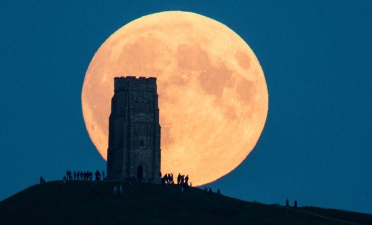 Im britischen Brighton bot sich den Menschen dieser Anblick. Weil der Mond derzeit in nur 356.000 Kilometern Entfernung schwebt, erscheint er besonders groß.