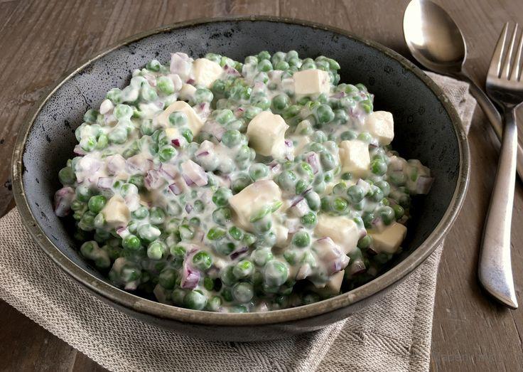 Min bedste opskrift på lækker og cremet ærtesalat med feta og rødløg - perfekt som nemt tilbehør til grillmaden. Kan evt. tilsættes bacon i tern.