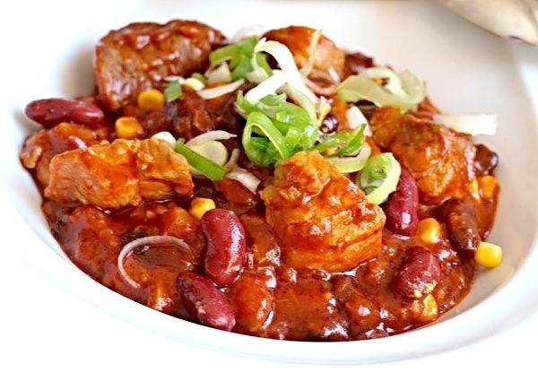 Kostky z vepřové plece zprudka opečené na cibuli, česneku a slanině, podlité vodou nebo vývarem, podušené doměkka, ke konci doplněné o konzervu fazolí, kukuřici, cukr a rajský protlak.