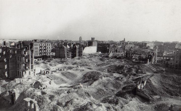 Warszawa - ruiny Getta, w glebi )wypalona Hala Mirowska (1945)