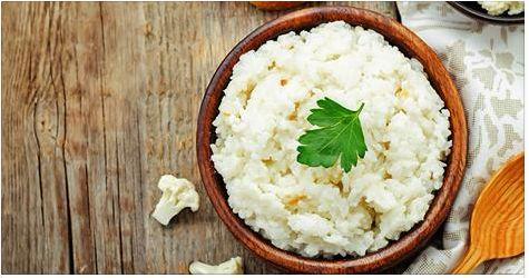 Вам нужен рецепт вкусного блюда из цветной капусты? Как насчет того, чтобы приготовить рис из цветной капусты с кокосом и лаймом? Вам понадобится: 1 большой кочан цветной капусты, 1 ч.л. масла из молока буйволиц или кокосового масла, 2 ст.л. воды, 1 ст.л. с горкой кокосовой стружки, 3 ст.л. цельного кокосового молока, тертая цедра и сок половинки лайма, 1 горсть кинзы (измельченные листья и стебли), щепотка мелко нарезанного свежего перца чили (по желанию), морская соль и черный перец…