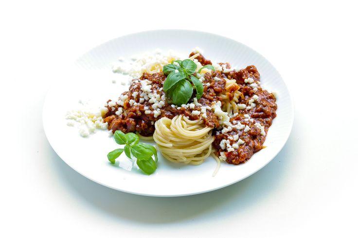 """A """"Ragú Bolognese"""", vagy másképpen """"Ragú di carne alla Bolognese"""" az, amit bolognai szósz, vagy bolognai mártás néven ismertek, pedig nem szósz, nem mártás, hanem egy ragu. De ez legyen a legkisebb félreértés, mert a """"Bolognai spaghetti"""" az igazi nagy félreértés. Gianni elmondja, miért. Ha valahol azt olvassátok, hogy """"az eredeti bolognai spaghetti receptje"""", akkor ..."""