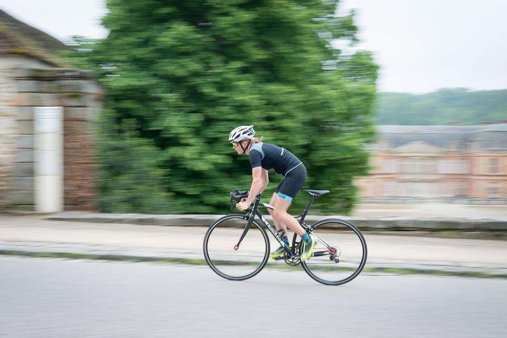 Action ! Pour ce maillot et cuissard Malia... #maillot #cuissard #cyclisme #femme #pro #vélo  Pour en savoir plus... http://www.ozio.eu/produit/maillot-malia/