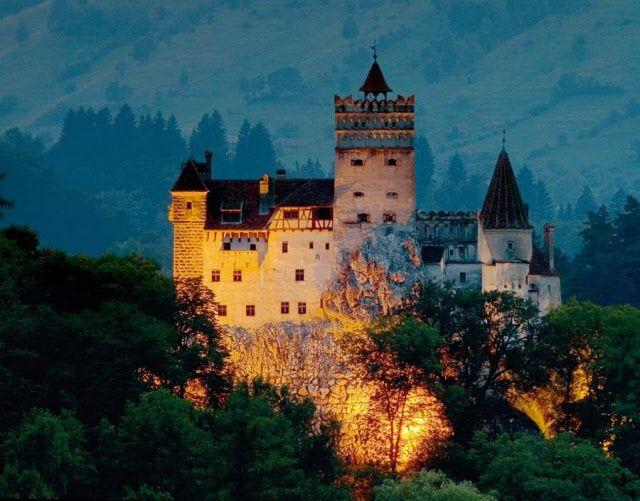 14世紀に建てられたブラン城。ルーマニアのトランシルバニア地方にあり、ドラキュラ伯爵の居城と言われる。(Gregory Wrona/Getty Images)