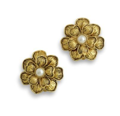A PAIR OF GILT FLORAL CLIP ON EARRINGS
