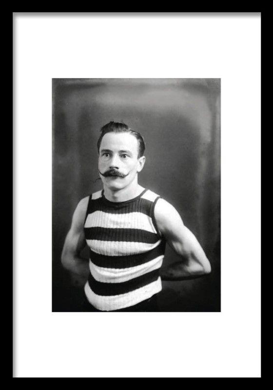 Poster / fotografi av en boxare med mustasch. Ett snyggt svartvitt print som passar fint i en tavelvägg. Planscher och affischer med gamla fotografier.