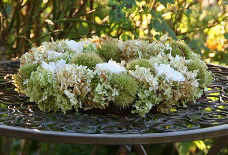 Eine runde Sache: Zauberhaftes Arrangement aus Hortensienblüten und Kastenienhüllen