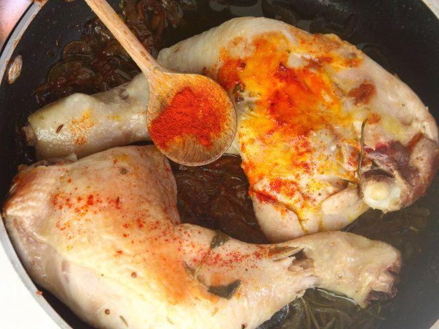 COSCE DI POLLO CON CECI NERI E SALSA ALLO ZAFFERANO 4/5 - Cospargete il pollo con lo zafferano, bagnate con il vino bianco e lasciate ridurre un poco.