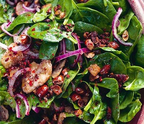 Yotam Ottolenghi's maaltijdsalade van spinazie met dadels & amandelen