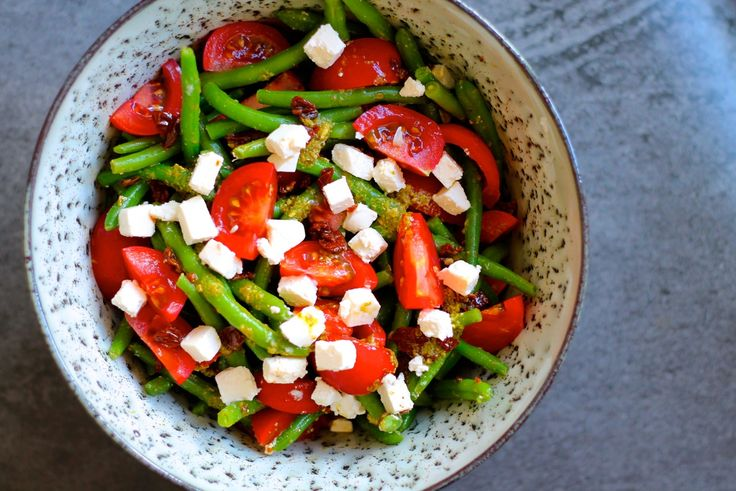 En super simpel salat der alligevel aldrig slår fejl. Jeg mener alt med pesto, soltørrede tomater og feta, går man bare aldrig galt i byen med, hvis du spørger mig. Og så har jeg opdaget noget andet. Jeg får alt for sjældent grønne bønner som disse haricots verts. De smager jo mega godt! Ef