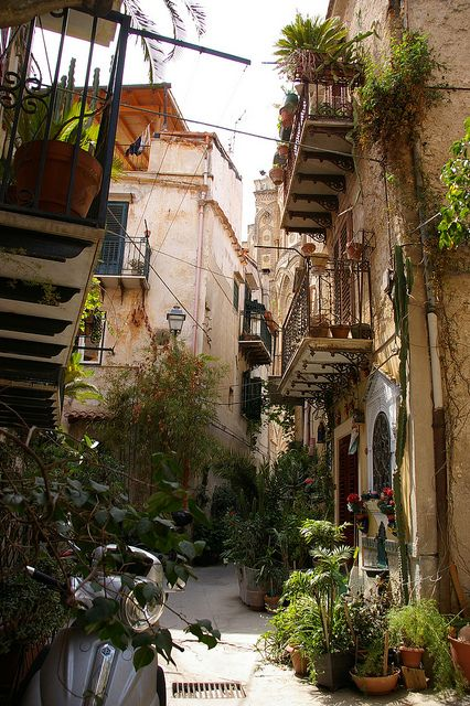 Vicoli di Monreale, Sicily, Italy Alleys of Monreale #yummisicily #visitsicily #discoversicily
