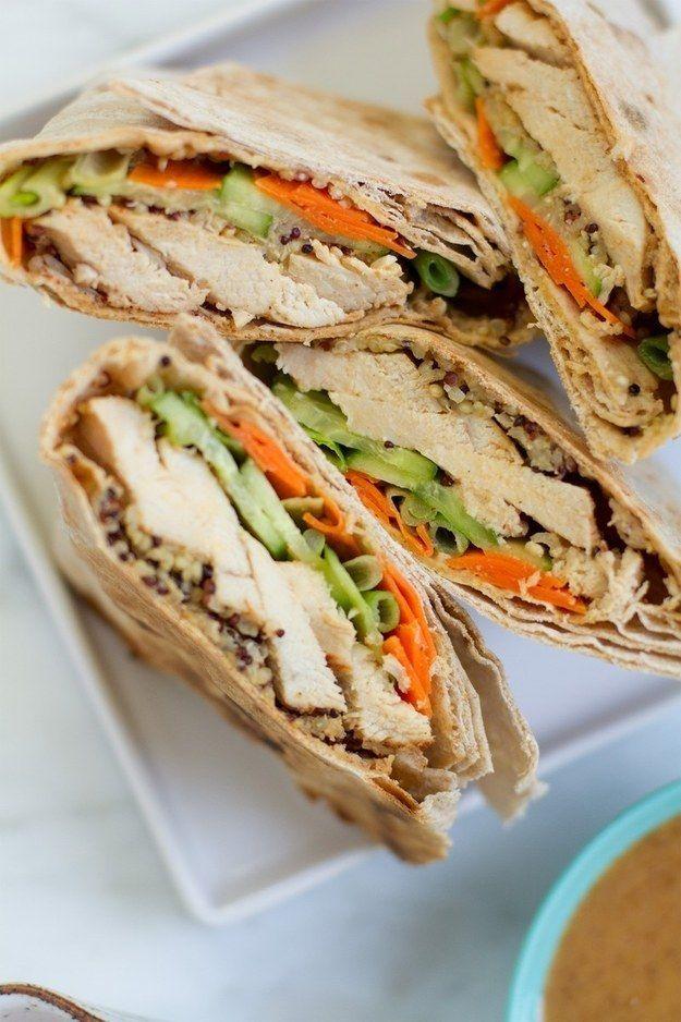 Wrap de pollo al curry y coco con salsa de cacahuate | 31 sándwiches para el trabajo que no lo son