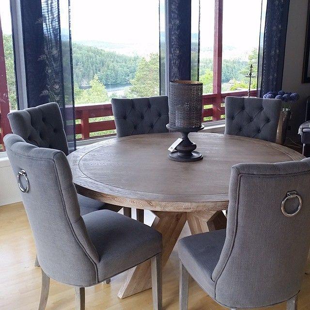 Kun få igjen på lager av Lyon bord og Queen stolene. Ha en super lørdag #vakrehjem #spisestue #stoler #spisestuestoler #bord #spisebord #stue #selskap #kroghdesign