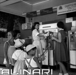 Gelataia offre gelati a bambini - Florence | Alinari Shop