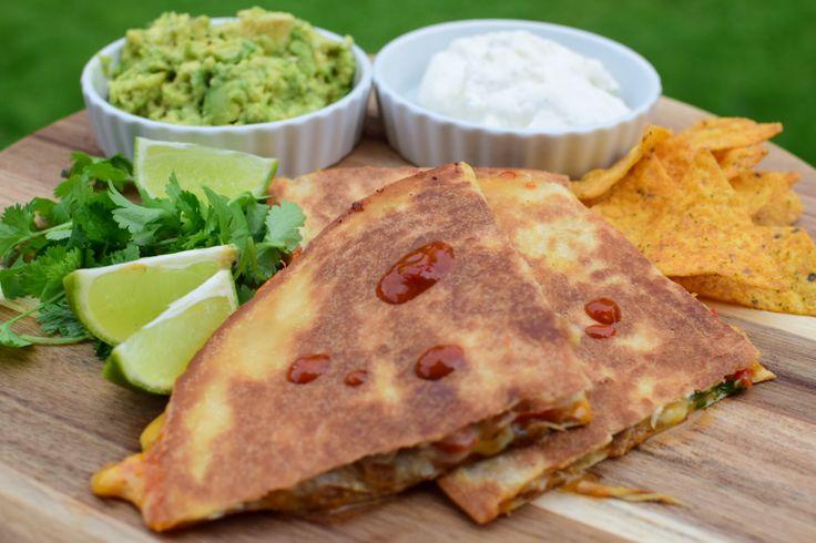 Quesadilla er en meksikansk rett. Hvete tortilla fylt med ost og litt mer snacks. Denne retten er enkel å lage og elsket av både store og små. I dagens oppskrift har jeg laget Quesadilla på den måt…