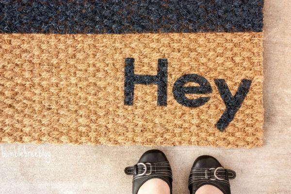 Você pode até mesmo escrever uma mensagem em sua peça com esta ideia fácil para personalizar capacho (Foto: bumblebreeblog.com)